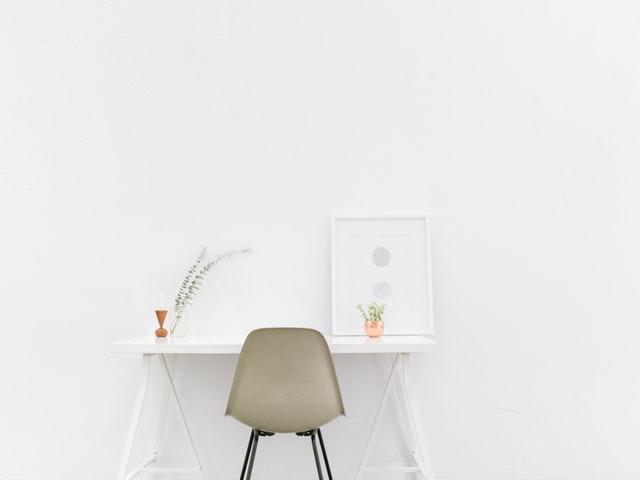 Skrivbordshörna med stol